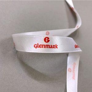 белая атласная лента с печатью