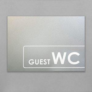 Печать на серебристом метале входной таблички